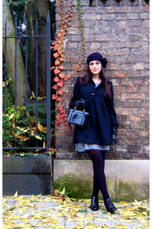 navy Darimeya coat - blue Zara dress - navy rose a pois hat - black vagabond sho
