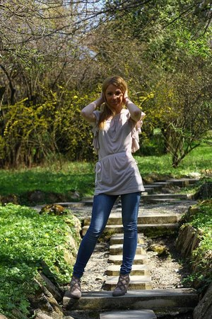 leather heels - leggings - t-shirt