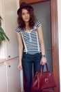 Black-shirt-blue-jeans-brown-brown-purse-red-shoes