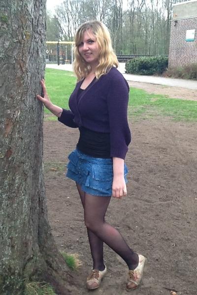 black tights brown flower shoes blue denim skirts
