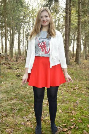 black tights - silver t-shirt - red skirt - black pumps - white cardigan