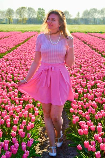 bubble gum bodysuit - bubble gum skirt - white heels - white necklace