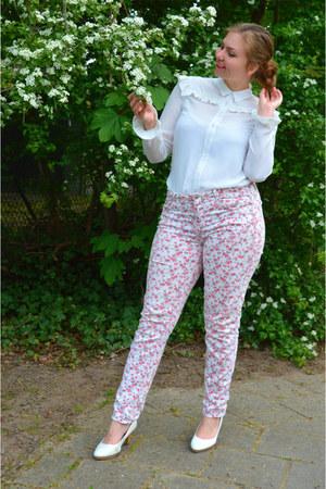 white jeans - white blouse - white pumps