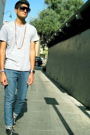 Kiss sunglasses - forever 21 necklace - H&M t-shirt - Levis jeans - Zuriick shoe