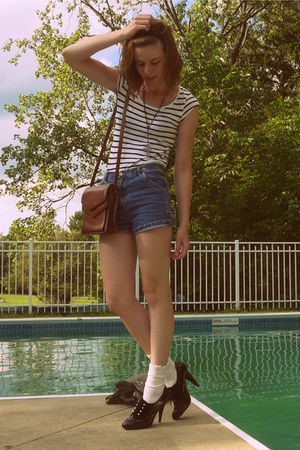 white H&M t-shirt - blue jeans - black f21 necklace - black Target