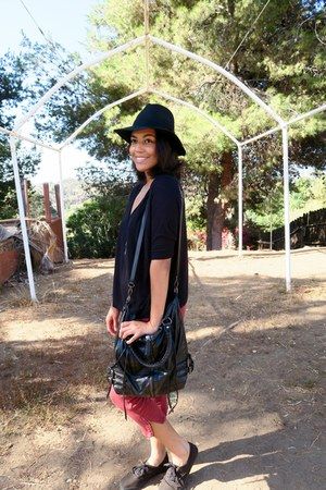 black floppy Nasty Gal hat - black oversized Urban Outfitters purse