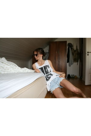 blue vintage levis shorts - white H&M top - brown Clubmasters sunglasses
