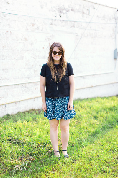 Blue-thrifted-skirt-black-madewell-top-black-modcloth-sandals