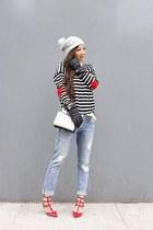 Sweater sweater - coat coat - Jeans jeans - hat hat - Bag bag - gloves gloves