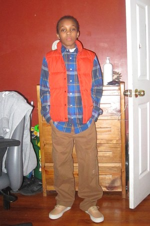 blue shirt - brown pants - tan sneakers - orange vest