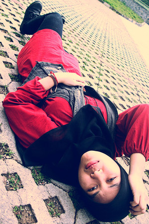 red design by nikha top - heather gray vest - black doc martens boots - black Le