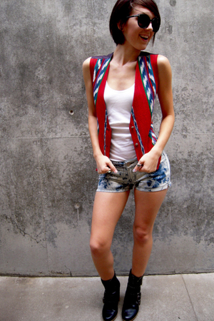 blue shopcuffs shorts - red vintage vest