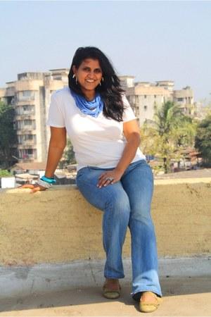 blue Levis jeans - white J C Rags t-shirt