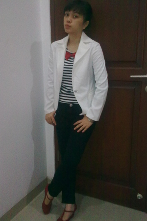 white blazer - black jeans - red tie - red shoes
