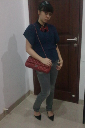 gray jeans - red tie - black accessories - red purse