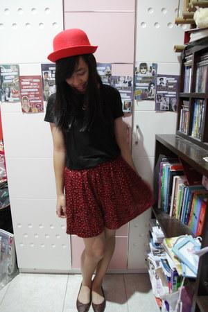 red bowler hat no brand hat - black basic Forever 21 shirt