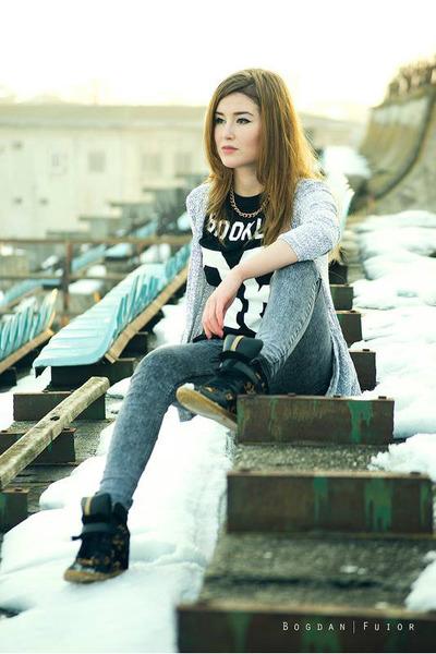 black no86 Zara t-shirt - charcoal gray pull&bear jeans
