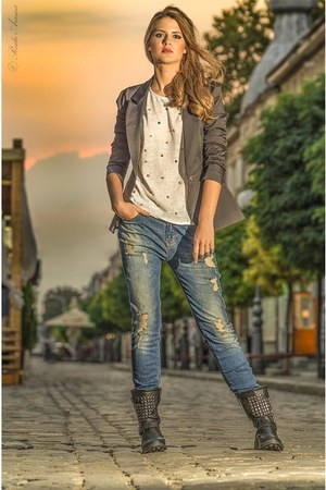 black boots - blue jeans - heather gray blazer - off white t-shirt