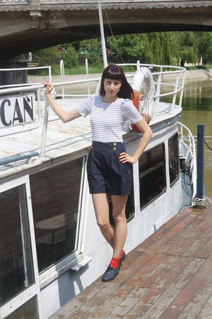 black Amisu shorts - red charme socks - blue red lips shoes
