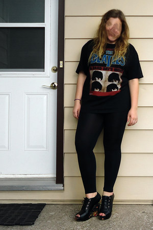t-shirt - black shiny leggings - wedges