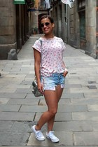 light pink New Yorker shirt - white Converse sneakers