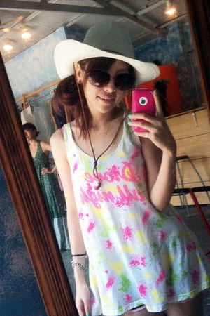 white dress - gray hat - brown glasses