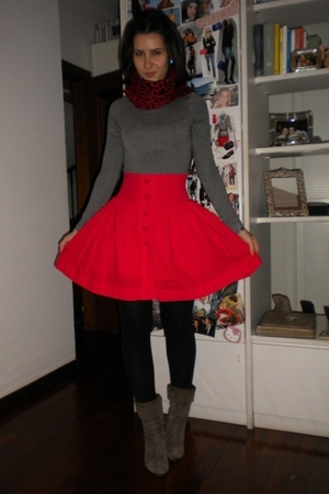 red double agent skirt - gray H&M shirt