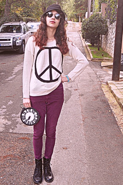 white clock DIY bag - black boots - magenta high waisted vintage jeans