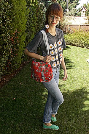 periwinkle Levis jeans - red floral bag - charcoal gray daisies romwe t-shirt