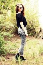 black grtz boots - leo printed Silence & Noise jeans - black H&M shirt