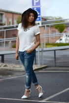 blue GINA TRICOT jeans - black old hat - white H&M t-shirt