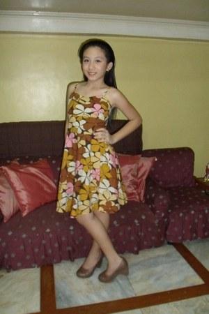dress - brown shiny Crocs heels