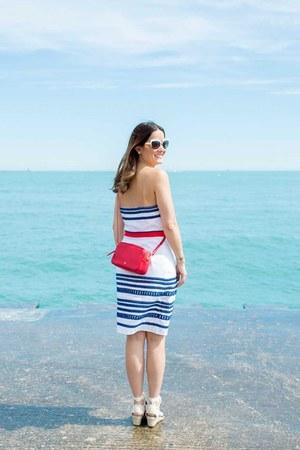 red crossbody Vasic bag - white cotton Vineyard Vines dress