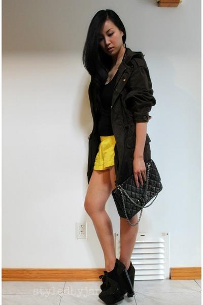 parka D&G coat - 255 jumbo Chanel bag - running Gap shorts