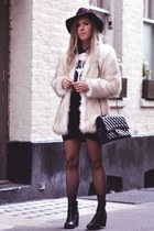 FAUX FUR COAT& TEAM T-SHIRT