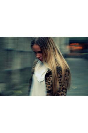 white knitted Sarah Pacini sweater - leopard print karen millen coat