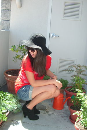 black Dolce Vita boots - black hat - blue Gap shorts - red tricot joli top
