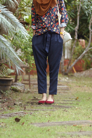 navy jeans - floral thrifted shirt - crimson flats