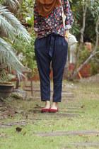navy jeans - floral thrifted shirt - crimson flats