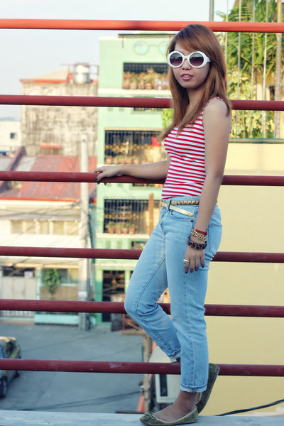 striped top - jeans - round sunglasses - studded bag belt