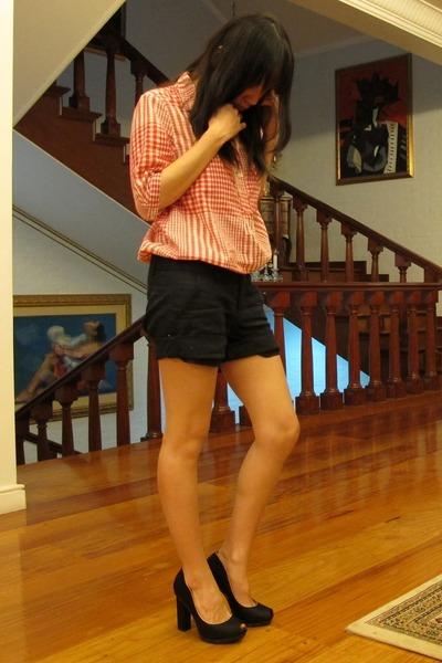 red boyfriend gift shirt - black rolled up giordano shorts - black peep toe pump