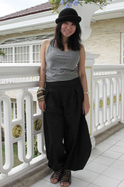 black H&M hat - gray H&M top - black Encore pants - black Dolce Vita shoes - bei