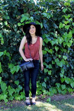 brick red everlane top - madewell jeans - black Forever 21 hat