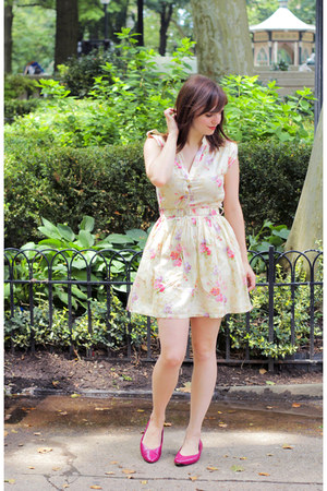 eggshell floral modcloth dress - hot pink thrifted pumps