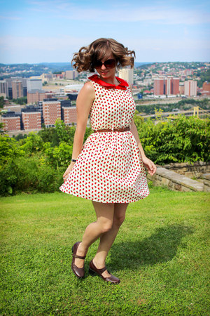 brown H&M sunglasses - ivory apple print Freeway dress - dark brown Clarks heels