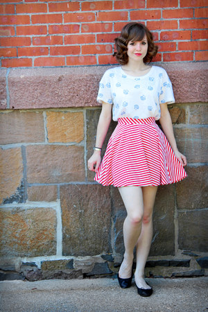red striped so skirt - black H&M flats - white seashell print Forever 21 t-shirt