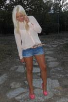 eggshell pull&bear t-shirt - periwinkle Bershka shorts - eggshell Primark belt