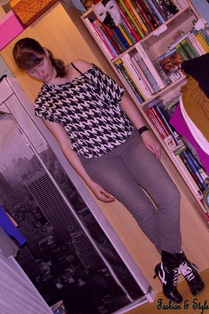 off white Forever 21 t-shirt - black boots - heather gray crumpled QUELLE jeans