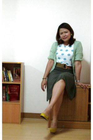 mustard sen-o-ra heels - dark green skirt - aquamarine cardigan