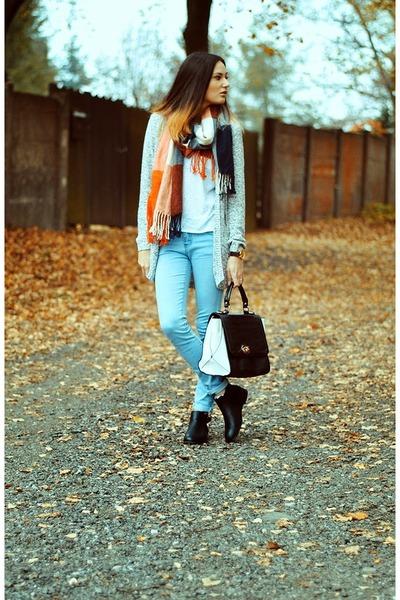 Postovnezdarmacz scarf
